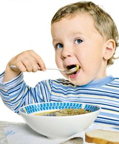 dziecko jedzące zupę