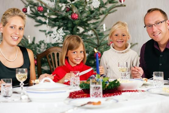 rodzina przy kolacji wigilijnej