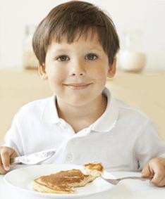 dziecko jedzące śniadanie