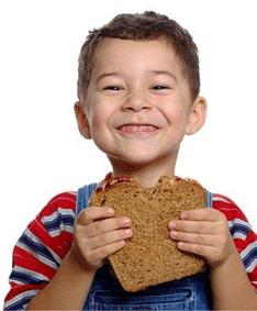 dziecko jedzące kromkę chleba