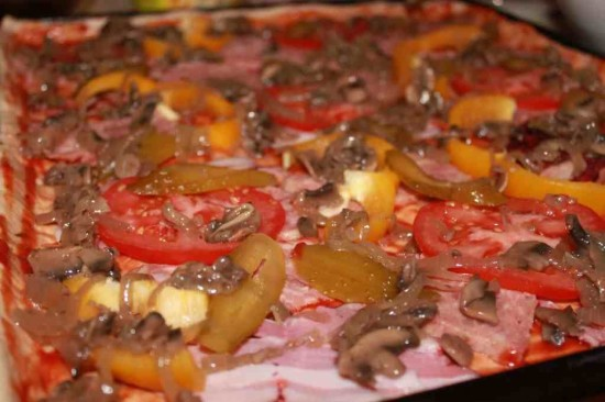 domowa pizza przed włożeniem do piekarnika