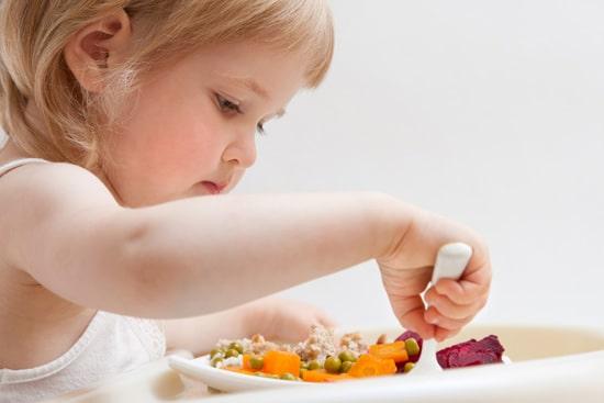 dziewczynka jedząca obiad