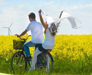 para na rowerze w polu rzepaku