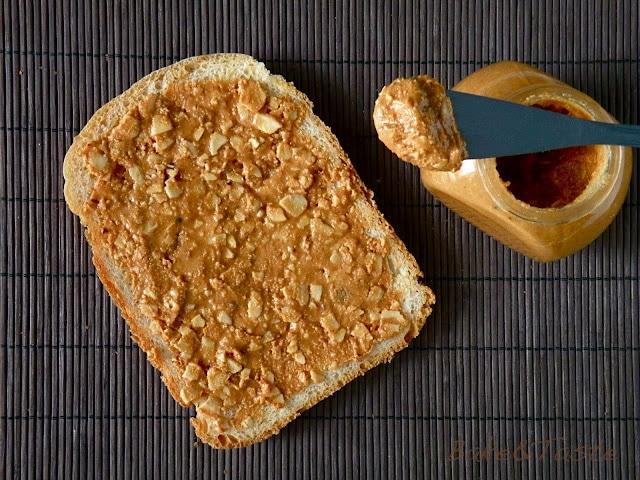 kromka chleba z masłem orzechowym